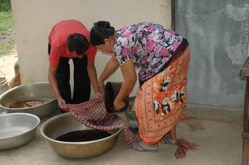 Pom and Sokoan make natural dye
