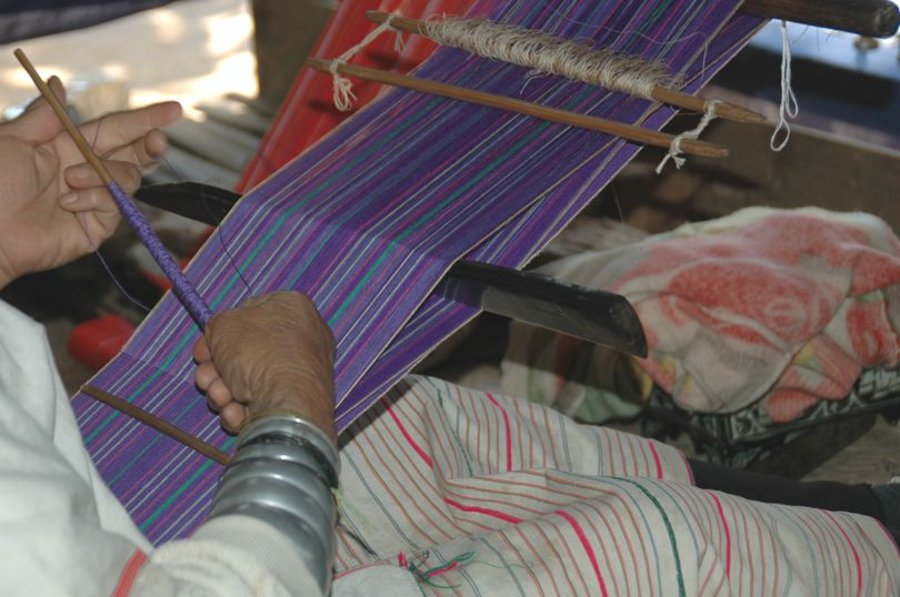 Padaung artisan is weaving a cotton scarf