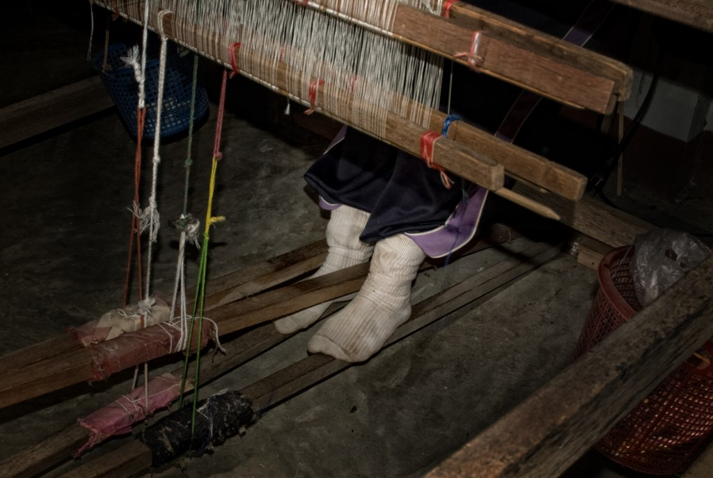 Weaving a cotton scarf at Pa Daeng