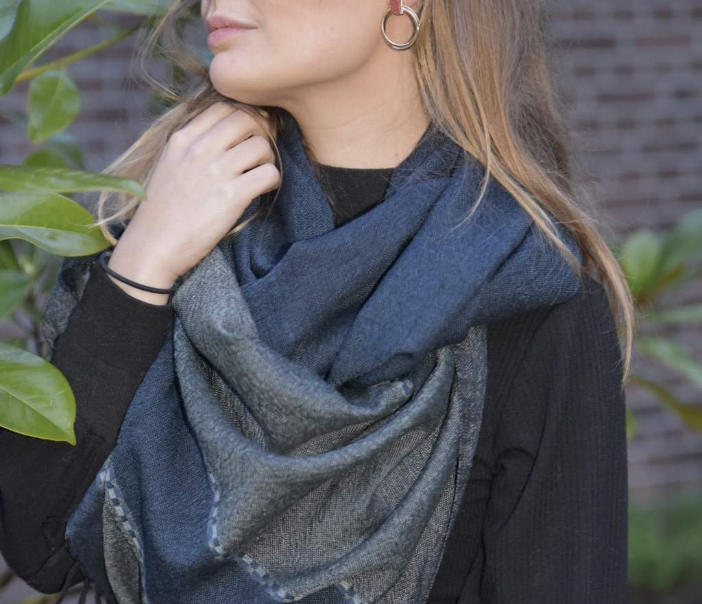 Very soft woolen scarf in navy and grey