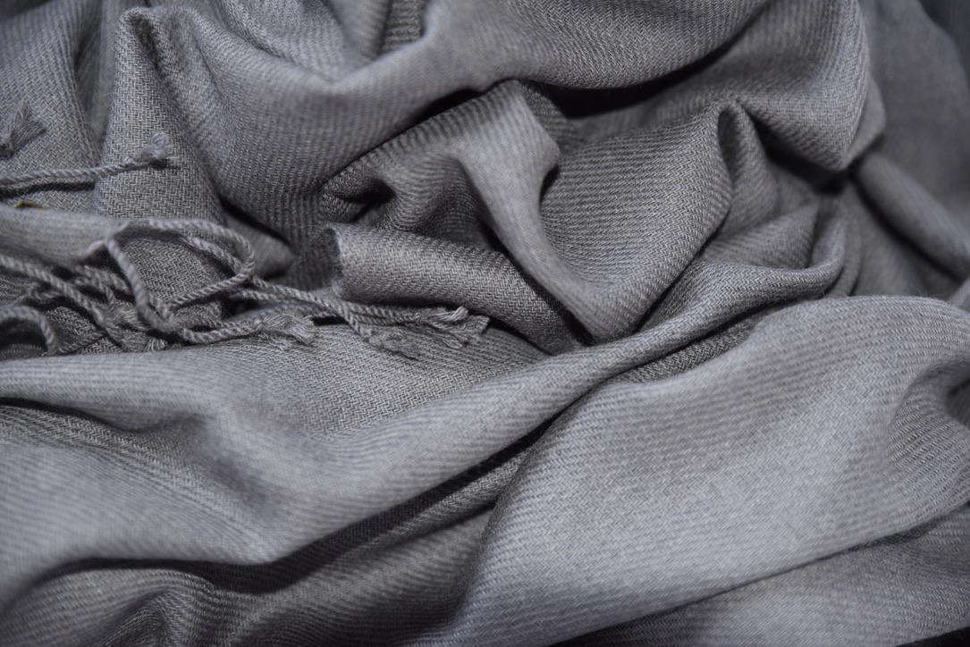 Cashmere scarf in dark gray
