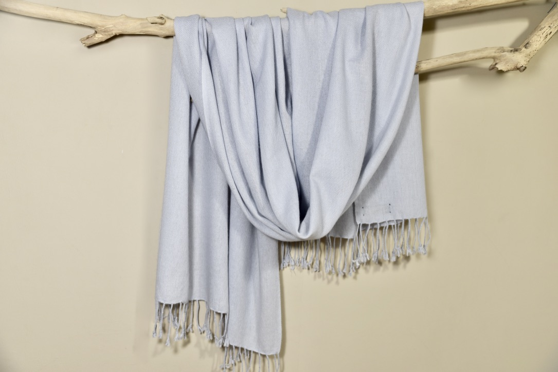 Cashmere scarf in light gray