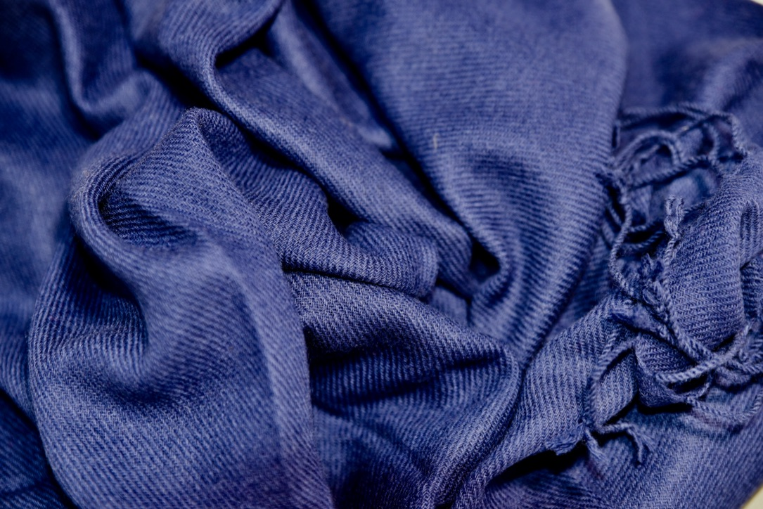 Cashmere muffler in dark blue
