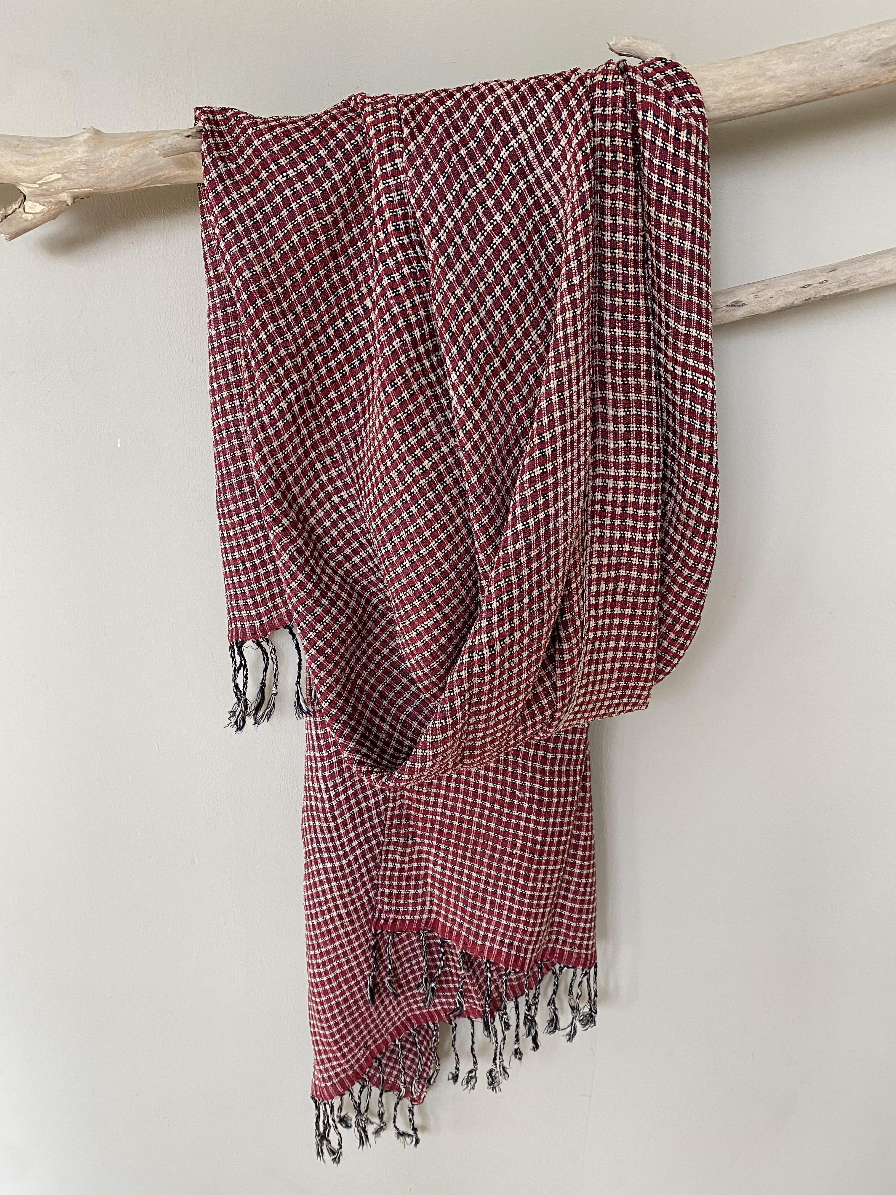 Uniek: rode lotus zijde sjaal uit Myanmar