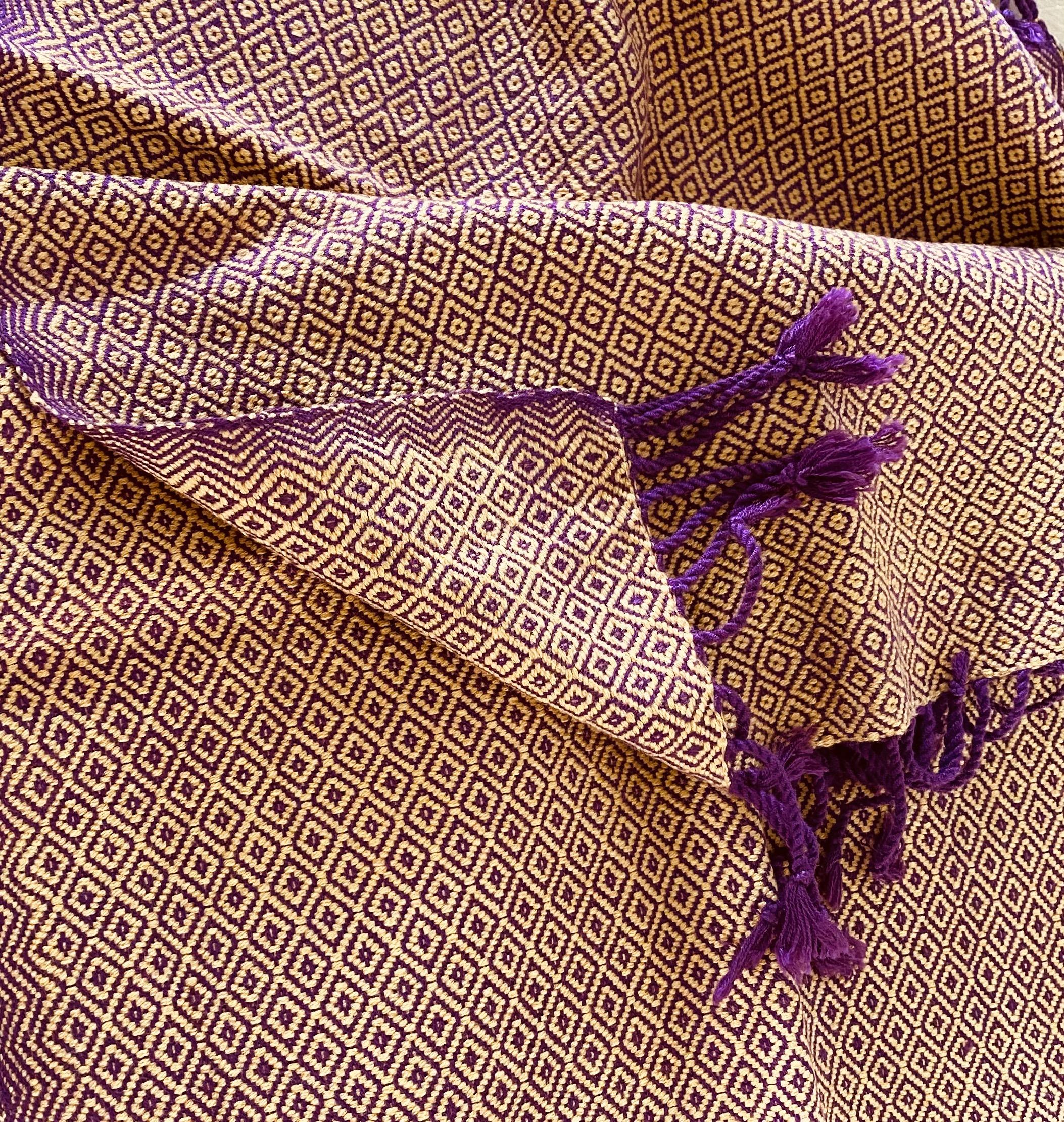 Oker en paarse sjaal in diamant patroon